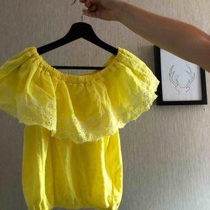 """Gul offshoulder blus/topp med vita """"blommiga"""" mönster, frakt ingår i priset, köpt är köpt!!!!"""