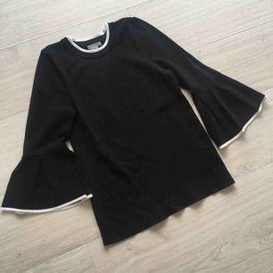 Ny svart tröja med volangärm från H&M. Aldrig använd. Frakt kommer (39kr).