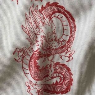 Jättehäftig tshirt från bershka. Storlek L men liten i storleken så passar XS-M. Köparen står för frakt! 👼🏼