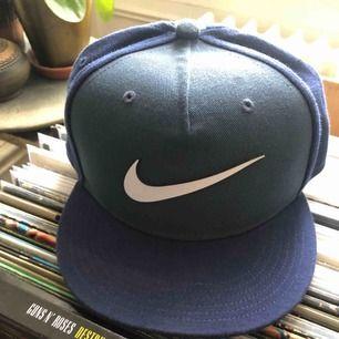 Nike keps i bra skick. Nike keps i fint skick. One Size. Hämtas i Uppsala eller skickas mot fraktkostnad. One Size