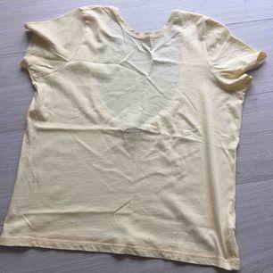 Ny T-shirt från NA-KD med öppen baksida. XS storlek men passar för S också. Aldrig använd! Frakt kommer (20kr).