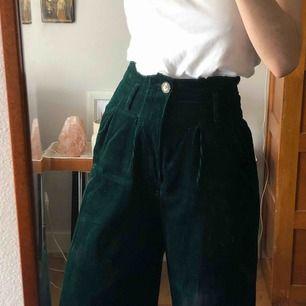 Manchester byxor i grön mysig färg :)) köparen står för frakten men möts gärna i Malmö trakten