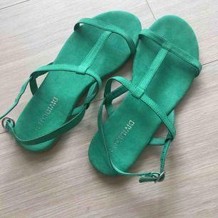 Nya sandaler från H&M. 35 storlek. Aldrig använd! Frakt kommer (39kr).
