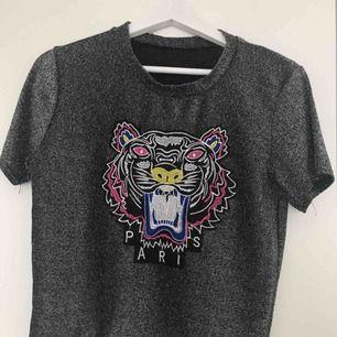 T-shirt som *liknar* kenzo märket, dock inte äkta! Köptes för 250kr, säljer för 150kr. Köpare står för frakt.