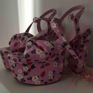 Sjukt coola skor med typ blommor och jordgubbar på. Knappt använda.