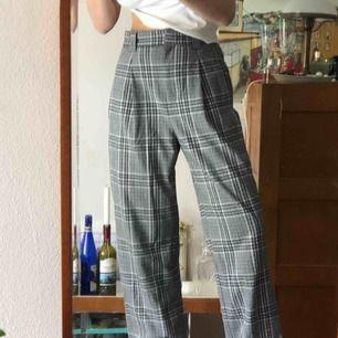 Coola rutiga byxor från weekday, säljer pga för stora :-// köparen står för frakten men möts gärna i Malmö trakten