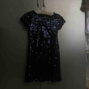 Söt mörkblå paljettklänning för barn. I nyskick, aldrig använd, prislappen sitter kvar som man ser på den tredje bilden. Klänningen är från Lindex i stl 146/152✨
