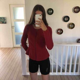 En klarröd snygg topp som går att använda som tröja eller kofta. Knappt använd och inköpt för 199kr, nu 20kr. Frakt tillkommer!