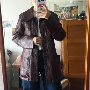 Läder jacka i vid röd färg, i väldigt fint skick och nästan Aldrig använd :))