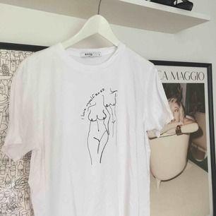 Oversized T-shirt med snyggt tryck, från NA-KD, endast använd två gånger! ☺️ Kan mötas i Malmö annars tillkommer fraktkostnad. ♻️