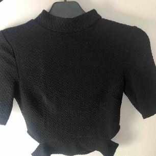 """Topp från Gina Tricot i storlek S. Lite croppad i modellen och """"hål"""" på vardera sida av nedre delen. Köpare står för eventuell frakt :)"""