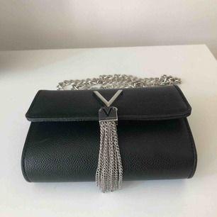 Axelremsväska av märket Valentino. Frakten ingår i priset. Mått: 12x17x4 cm.