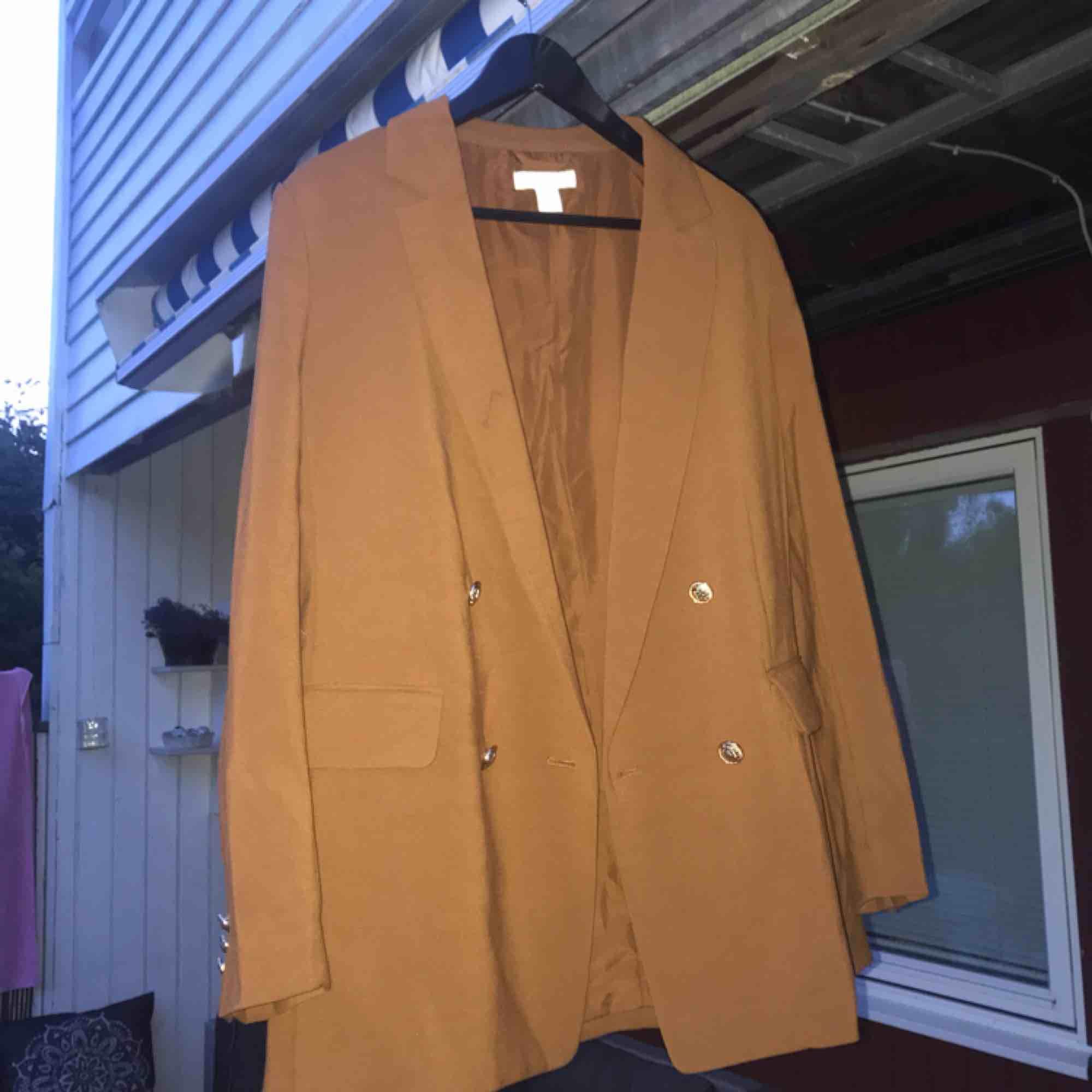 Säljer en roströd kavaj med guldiga detaljer! Den är rätt lång och i storlek 42! Köparen står för alternativ frakt🤗 färgen på kavajen är som på bild 2!  . Kostymer.