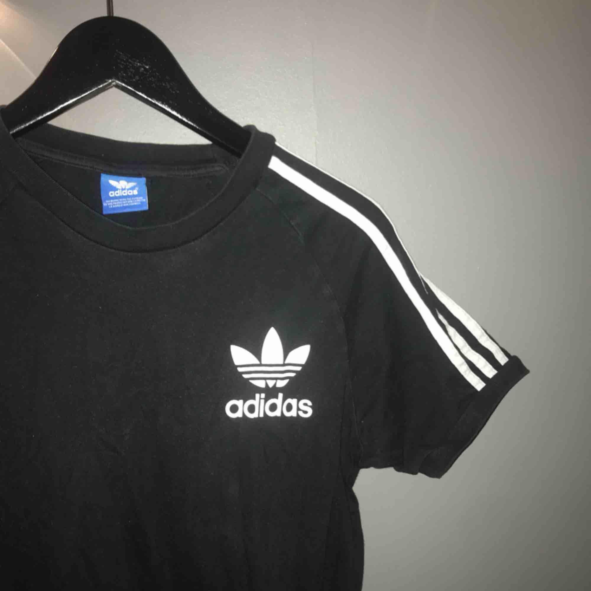 Adidas Tshirt i storlek Small! Passar även XS och M beroende på hur man vill att den ska sitta! Köparen står för frakt🤗. T-shirts.