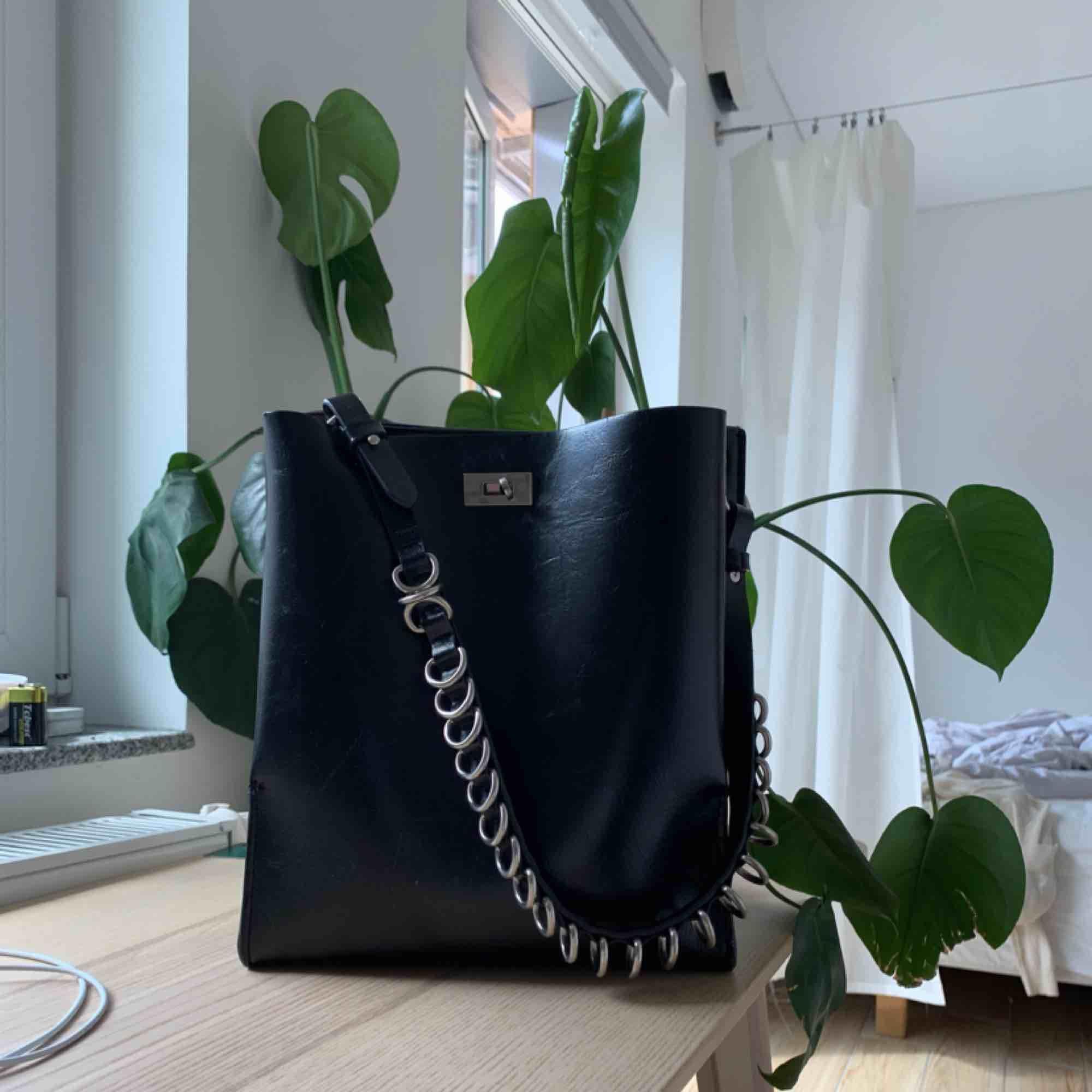 Väska från Zara! Så fin och rymlig! . Väskor.