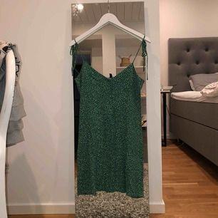"""Fin grön prickig klänning från """"& other stories""""! Använd 2 gånger! Super fint skick! Original priset ligger runt 590kr"""