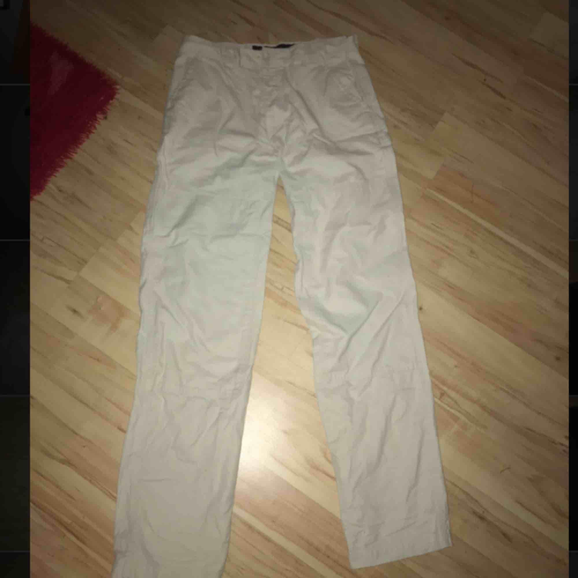 Beiga coola cargobyxor! Raka och långa i modellen från märket Dobber! Ganska tjockt material och fickor på sidorna, använda endast 1 gång! Köparen står för frakt☺️. Jeans & Byxor.
