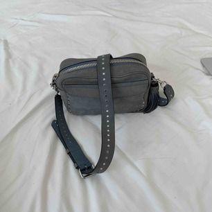 Sååå fin väska från Rebecca Minkoff! Med nitar på bandet, i en gråblå nyans! Köpt här på Plick men använder den aldrig tyvärr :(