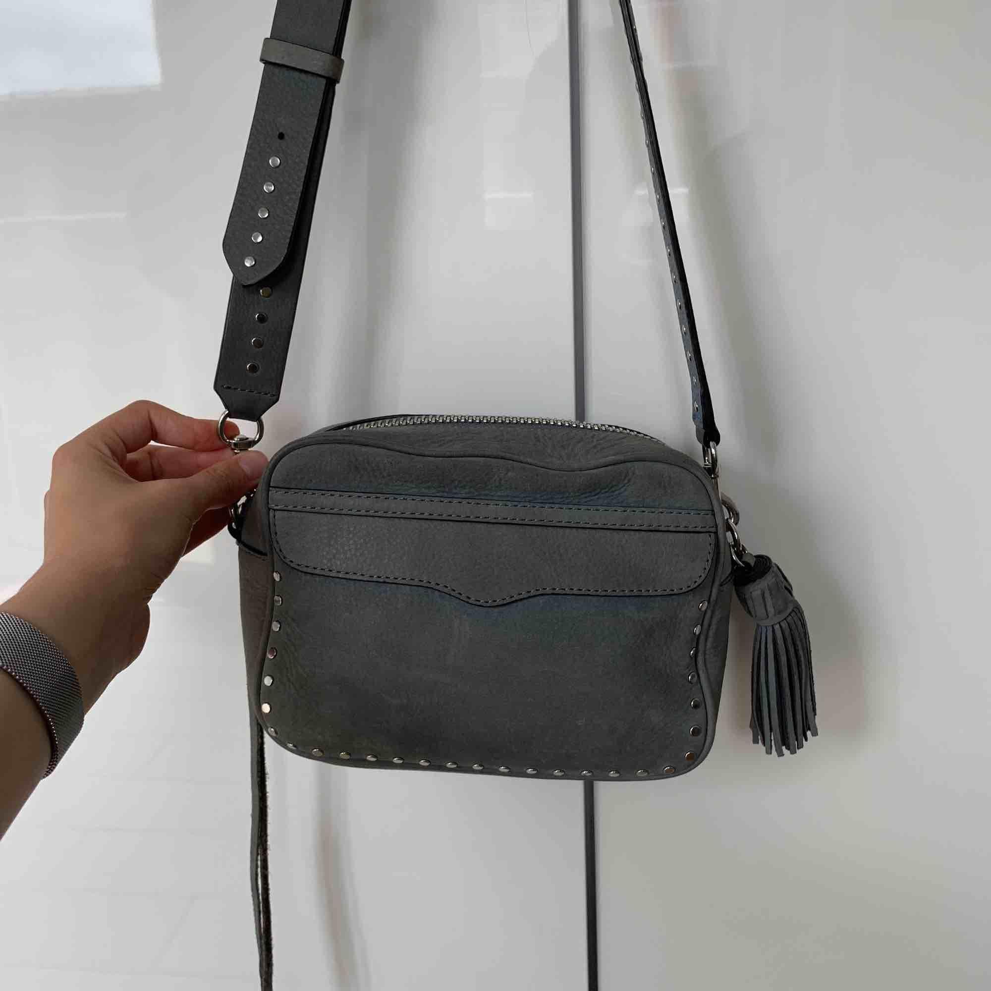 Sååå fin väska från Rebecca Minkoff! Med nitar på bandet, i en gråblå nyans! Köpt här på Plick men använder den aldrig tyvärr :( . Väskor.