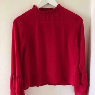 Röd blus från Gina Tricot, super snygg och passar perfekt till jul och kräftskiva!