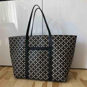 Malene Birger väska, mellan/stor. Frakten ingår i priset. En fläck inne i väska, se sista bilden. Övrigt i nyskick.