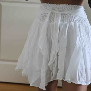 Fin vit kjol, använd en gång, passar olika storlekar då det är stretch