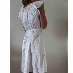 Väldigt vacker mönstrad klänning i satin, väldigt söt som både nattlinne men som sommarklänning.