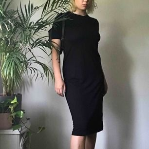 T-shirt klänning i bomull från Weekday! Jätte skönt material och sitter fint på!  Endast tillgänglig fram till 29 augusti  Möts upp i Sthlm / står inte för frakt