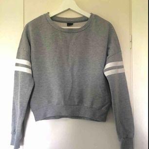Ljusgrå croppad tröja i storlek S!  50 kr + frakt  Kontakta mig vid intresse eller frågor 😋