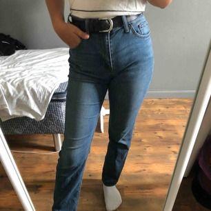 Blåa jeans i stretchigt material. I toppenskick! Frakt tillkommer. 79 kr ev bud