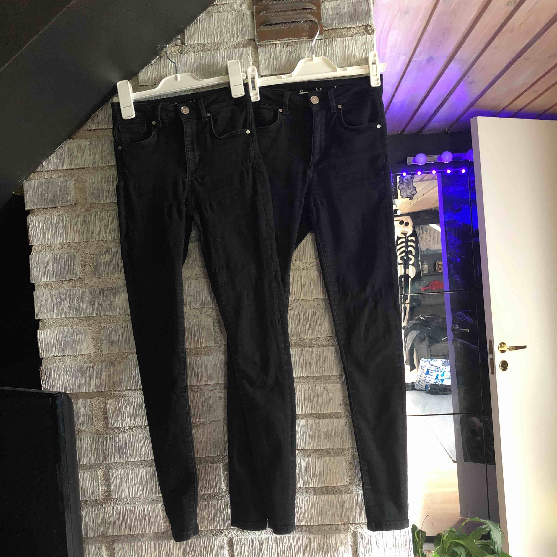 Säljer 2 par av de populära higher ancle super flex jeansen från Bikbok. Supersköna och sitter perfekt. Resåren har blivit lite sliten i tvätten (se bild 3) men det syns inte alls när de sitter på. 100kr för ett par och 150kr för båda:) Nypris 500kr/st. . Jeans & Byxor.