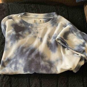 En långärmad croppad snygg och mysig tröja från hollister. Använd några gånger och väldigt fint skick, storlek L. 45 kronor+frakt
