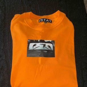 En långärmad tröja ifrån carlings. Köpt för 300, använd max 2 gånger. Den är en oversized M så passar säkert ifrån S-XL beroende på hur man vill att den ska sitta 150+frakt