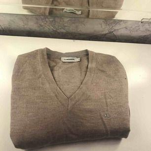 J Lindeberg stickad tröja. Kostade ungefär en tusenlapp om jag minns rätt (kill modell men funkade jätte bra på mig) , tröjan är gammeldags rosa.