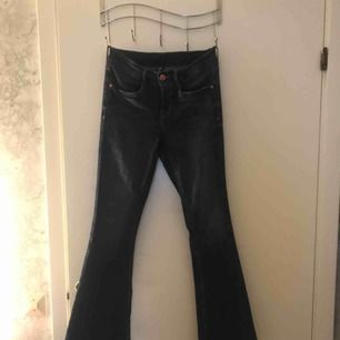 Blå bootcut jeans, använd en gång. Nypris 379kr