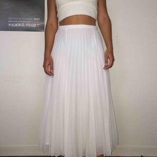 superfin vit plisserad kjol, använd väldigt få gånger så den är i jättebra skick. frakt 40 kr