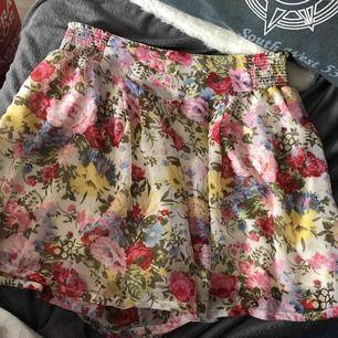 Fin blommig kjol, med inbyggda shorts som inte syns(tror det kallas skorts) i storlek S/M. Knappt använd. Säljes pg av för stor i storleken.
