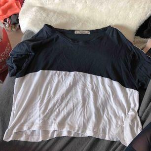 Croppad skön t-shirt från Pull&Bear i storlek M men passar även S. Säljes pg av knappt använd