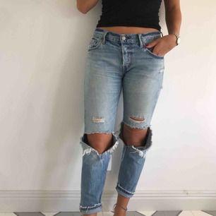 501 boyfriend jeans från Levi's i storlek W26 L32, passar medium. Snyggt slitna och så bekväma! Säljer  eftersom de inte kommer till användning.