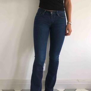Demi curve bootcut midi rise jeans från Levi's. Storlek W26 L32, passar medium eller small. Säljer då de är för små.