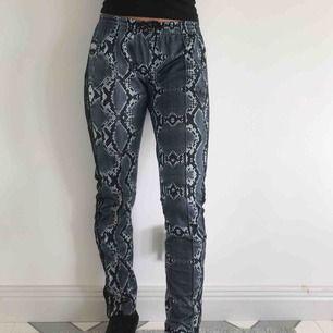 Jättesnygga Adidas byxor i grått leopardmönster. Storlek M. Säljer då de inte kommer till användning.