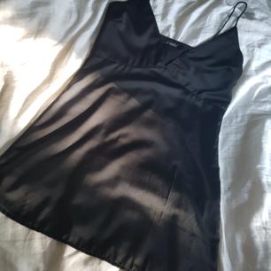 Sexig, svart klänning i silkes material och smala axelband, köpt från Nelly. Aldrig använd✨