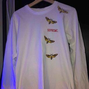 Säljer nu en Supreme butterfly longsleeve i small   Texten är sliten och har fadeat en del (se bilder) och på ärmen finns det små små fläckar. ( inget som syns på avstånd ) Annars är tröjan felfri och har fortfarande mycket liv kvar.   Frakt tillkommer