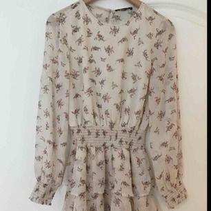 Gina tricot klänning köpt för 2 veckor sedan. Aldrig använd, med etikett på.