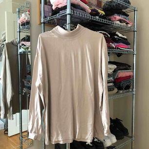 Snygg turtleneck i beige färg, passar oversize. Jag brukar ha den under t-shirts osv! Frakt är redan inkluderat i priset!