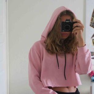 SKITSNYGG hoodie som är smått croppad, den har alltså då luva med svarta 'dra åt' band samt långa ärmar. Inte använd över huvudtaget därför hur mjuk och skön som helst både på insidan samt utsidan.