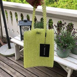 Riktigt häftig väska av neon/lime pärlor! Helt ny från PrettyLittleThing! I tote bag modell (typ tygväska)
