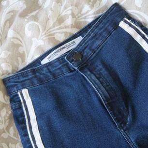 Snygga oanvända blåa jeans med snyggt sträck längst sidorna, från Zara i storlek 34. De är relativt smala och jag får dem inte över höfterna! Passar den som är ok med tighta jeans som ändå formar skitsnyggt.