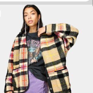 Sviiiincool jacka/tröja från junkyard! I massa härliga färger. Den är gött oversized  Säljer då jag råka klicka hem två så den är oanvänd med lappar kvar 🥰 Frakt ingår🌸