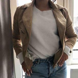 Skitsnygg ljusbrun mocha-jacka med gulddetaljer från HM🥵 Tyvärr blivit för liten för mig.. Använd en eller två gånger och behöver bli mer använd! Inga skador eller liknande.